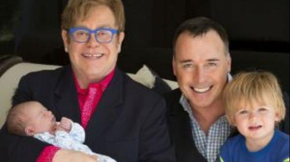 Elton John presenta a su segundo hijo