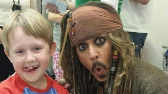 Johnny Depp visitó hospital infantil como Jack Sparrow