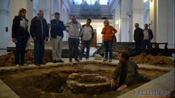 Goya: tras hundirse parte del piso de la Catedral hallan antiguo pozo