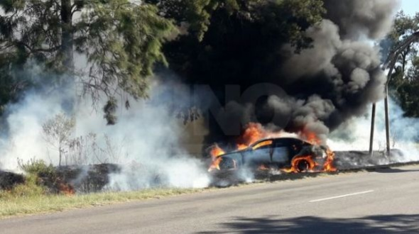 El auto de Daniel Passarella quedó hecho cenizas tras incendiarse en Santa Fe