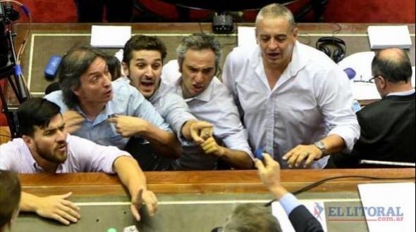 Diputados correntinos en una jornada de tensión dentro y fuera del Congreso