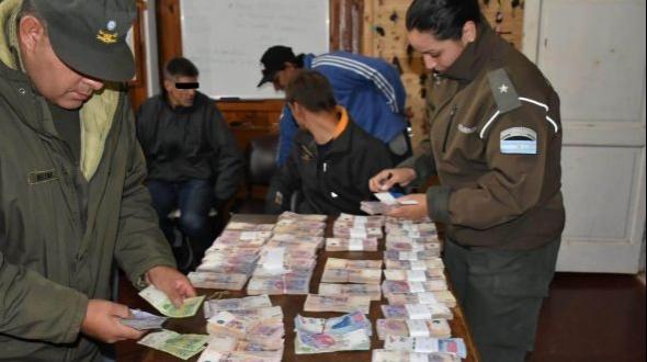 Misioneros demorados con divisas ilegales
