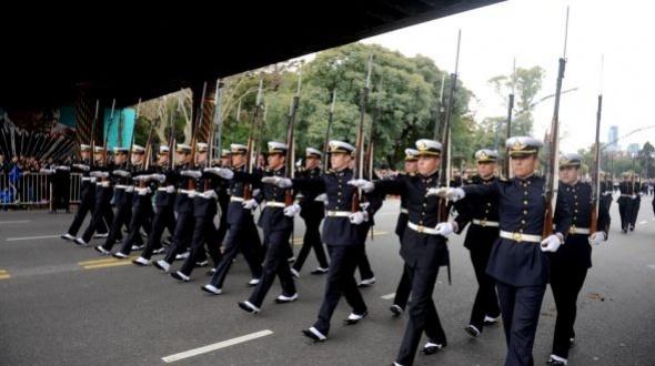 El gobierno afirma que el desfile del 9 de julio se suspendió por razones presupuestarias