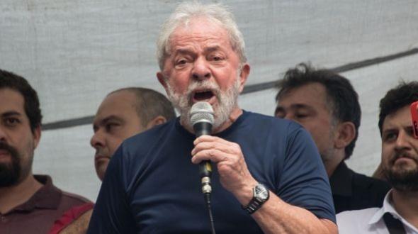 Un juez de la causa Lava Jato revocó la orden de liberación de Lula da Silva y determinó que debe seguir en prisión