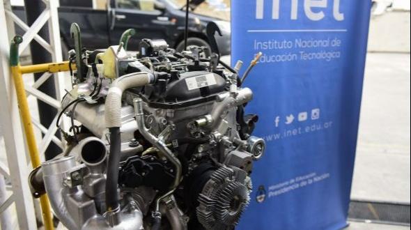 Escuelas técnicas del conurbano reciben camionetas y motores Toyota para desarrollar sus prácticas