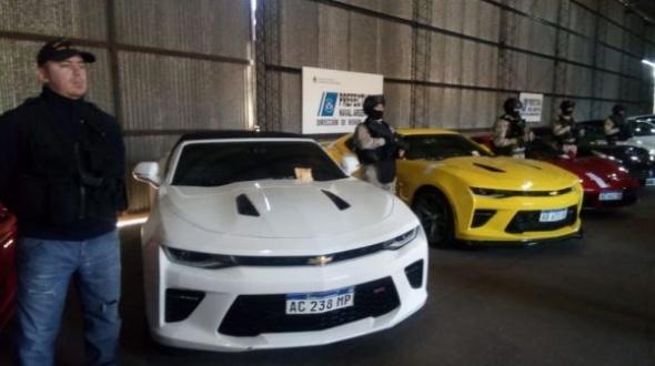 Con teleconferencia de Patricia Bullrich, se mostraron los autos de lujos y el dinero secuestrado en operativos de ayer