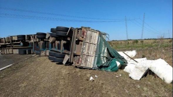 Volcó un camión cargado con algodón en Curuzú