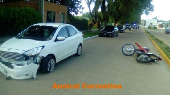 Accidente entre un automóvil y una motocicleta: Un herido leve