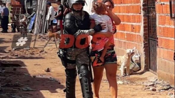 Un hombre quiso evitar ser detenido por la Policía y usó de escudo a una nena que terminó herida