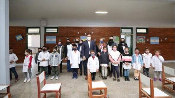 Pueblo Libertador: El gobernador Valdés entregó notebooks y encabezó inauguraciones en dos escuelas