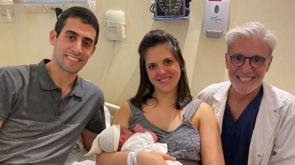 """La historia de la familia que tuvo un bebé concebido por """"tres padres"""""""
